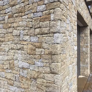 Vysekaný roh kamenné fasády