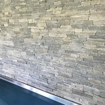 Bazénová stěna s kamenným obkladem