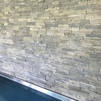 Kamenná stěna u bazénu - Silver Harmony