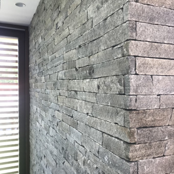 Detail rohu kamenného obkladu - Silver Harmony
