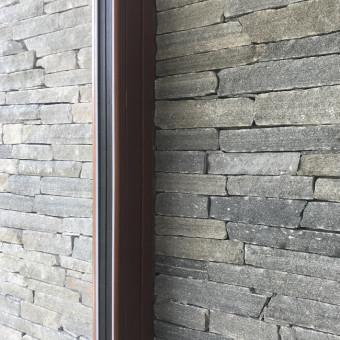 Napojení rámu okna a kamenného obkladu - Silver Harmony
